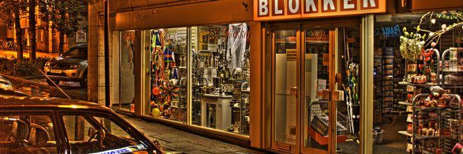 De Blokker.  Geheel Nederland, in de vorm van 17 miljoen winkelbondscoaches, buitelt over elkaar heen. Met vaak zeer uiteenlopende visies.