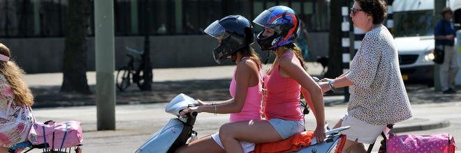 Negen van de twintig steden overwegen scooters van het fietspad naar de rijbaan te verwijzen. Omdat landelijke wetgeving ontbreekt, kunnen ze nog niks doen.