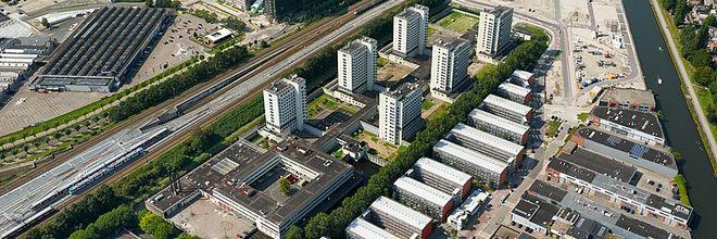 Gebieds- en vastgoedontwikkelaar AM - onderdeel van Koninklijke BAM groep - koopt het terrein van de Bijlmerbajes in Amsterdam van het Rijksvastgoedbedrijf. Samen met AT Capital, Cairn en de ontwerpers OMA en LOLA Landscape ontwikkelt AM er een nieuwe, autoluwe stadswijk: Bajes Kwartier.