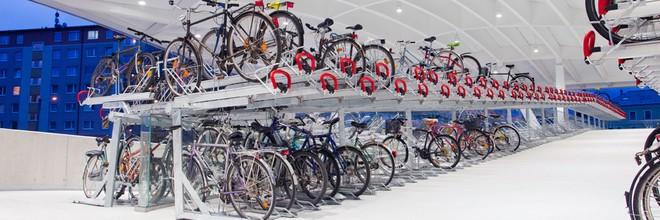 Staatssecretaris Sharon Dijksma (Infrastructuur en Milieu) maakt € 40 miljoen extra vrij voor de uitbreiding van fietsenstallingen bij NS-stations.