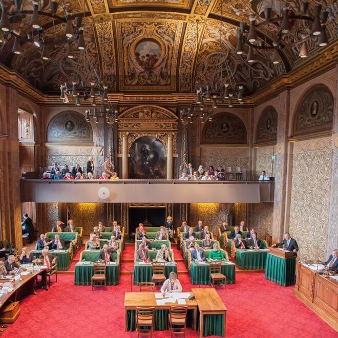 De Eerste Kamer verlangt meer duidelijkheid over rechtszekerheid, de hardheid van AmvB's en provinciale bevoegdheden onder de nieuwe Omgevingswet.