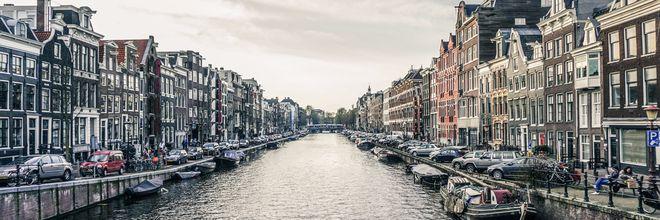 De krapte op de Amsterdamse woningmarkt is inmiddels dermate hoog, dat door stijging van de woningprijzen de woningmarkt niet meer toegankelijk is voor de startende middeninkomens. Met een bruto inkomen van € 50.000 kan gemiddeld nog maar 49 m² woonoppervlakte worden gekocht.