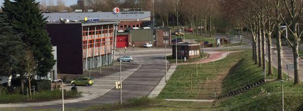Een beschrijving van bedrijventerrein Molenkade in Duivendrecht aan het begin van deze eeuw klinkt als een scene uit een gangsterfilm. Het gebied werd in de nachtelijke uren overgenomen door drugsdealers, de politie meed het terrein en ook de gemeente keek liever de andere kant op.