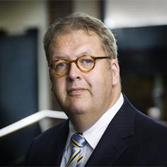 Gemeenten moeten al hun grond in één regionale grondbank stoppen en krijgen daar naar rato van hun inbreng aandelen voor terug, stelt Henry Meijdam.