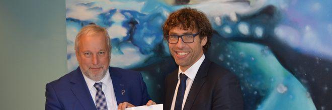 De G32 wil via de Nationale Omgevingsvisie (NOVI) een bijdrage leveren aan de plannen voor een sterk Nederland. Jop Fackeldey, voorzitter van de fysieke pijler van de G32 heeft vandaag het bod van de G32 aan Edward Stigter, programmadirecteur Eenvoudig Beter van het Ministerie van Infrastructuur en Milieu aangeboden.