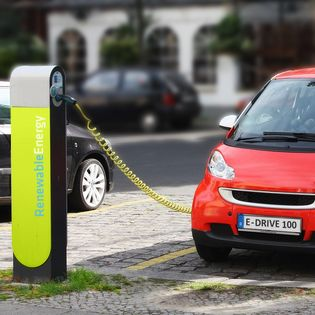 Slim laden is een stap dichterbij. Elektrische auto's kunnen met de app Jedlix, een initiatief van Eneco, opgeladen worden als het waait.