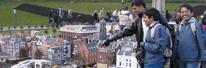 Om drukte in de stad tegen te gaan, gaat de gemeente Amsterdam toeristen naar Den Haag sturen. Daarover hebben beide steden gisteren afspraken gemaakt.