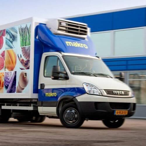 Logistiekdeskundige Ploos van Amstel ziet de bezorgplannen van Jumbo en Plus met argusogen aan. Hij verwacht een explosieve groei van bestelbusjes.