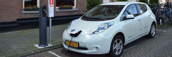 Smart Solar Charging is een energiesysteem waarbij laadpalen zonne-energie opslaan in elektrische auto's en het energieoverschot in de wijk gebruiken.