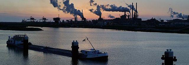 Minister Schultz van Haegen van Infrastructuur en Milieu heeft de Eenvoudig Beter Trofee uitgereikt aan de Omgevingsdienst Noordzeekanaalgebied.