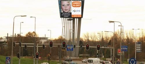 De Nederlandse politie zet vanaf heden digitale borden langs drukke verkeersknooppunten in voor het verspreiden van Amber Alerts
