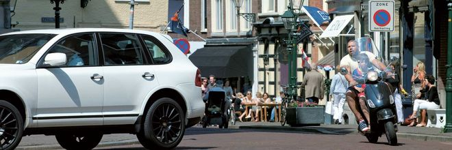 Kwakkelende centra van middelgrote steden zijn juist gebaat bij meer auto's, stelt planoloog Jan Jager, hoofdredacteur van Stadszaken.nl