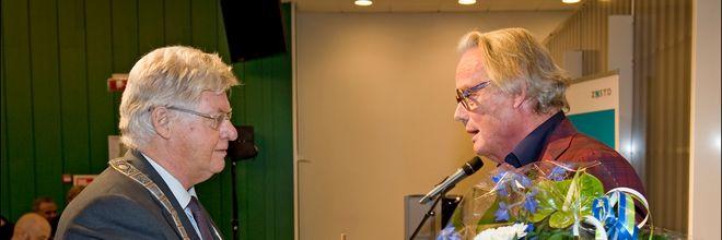 Architect Sjoerd Soeters (70) heeft maandagavond uit handen van waarnemend burgemeester Ruud Vreeman de Erepenning van Zaanstad ontvangen.