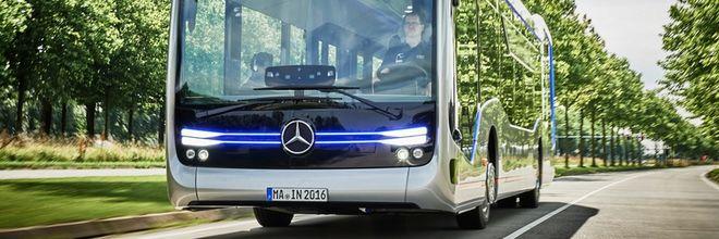 Op de busbaan tussen Schiphol en Haarlem heeft de eerste operationele test plaatsgevonden met een zelfrijdende bus buiten een afgesloten testcircuit.