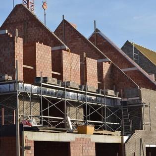 Er wordt weer volop gebouwd in Noord-Holland. Maar intussen is het aantal huishoudens nog harder gestegen. We lopen achter de feiten aan. En dus blijft de woningdruk immens hoog en stijgen de woningprijzen naar recordhoogte. Er is maar één remedie: veel meer bouwen en ook bouwen op de plekken waar de vraag is. Waarom gebeurt dat nog steeds onvoldoende?