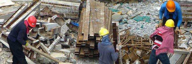 Als de bouwsector zelf toeziet op kwaliteit en veiligheid, kan dit leiden tot gevaarlijke situaties. Dat melden Trouw en Cobouw naar aanleiding van een tussentijdse evaluatie van een proef in Den Haag.