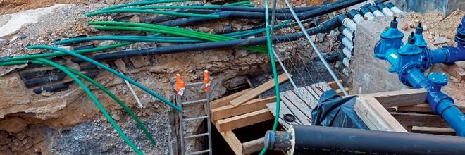 In de Nederlandse bodem liggen 1,7 miljoen kilometers aan kabels en leidingen. Het aantal blijft groeien, waardoor de kans op schade en het optreden van onveilige situaties toeneemt. Om dit te voorkomen, is het essentieel te weten waar de kabels en leidingen liggen en het grondroeren daarop af te stemmen.