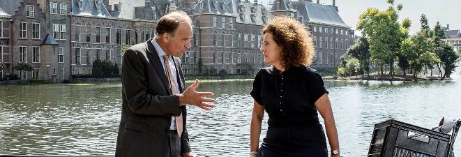 Rotterdam wil docenten lokken met een lerarenbonus. In Den Haag geloven ze daar niet in.