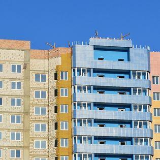 108 miljard om huizen 'dicht te plakken': duur, ongezond, en overbodig?