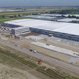 De supermarktketen Lidl heeft in Waddinxveen zijn nieuwe distributiecentrum geopend. Volgens de Dutch Green Building Council (DGBC) is het distributiecentrum het duurzame logistieke gebouw van Nederland. Het 52.000 m2 tellende dc moet circa 100 Lidl-filialen in de Randstad bevoorraden.