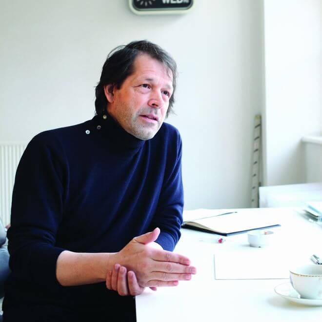 Hij ontwierp iconische platenhoezen voor Joy Division. Sinds 2004 is designgoeroe Peter Saville creative director in zijn geboortestad Manchester.