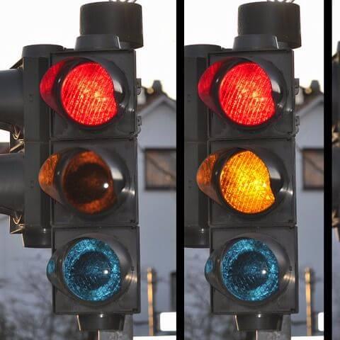 Communicerende auto's kunnen op lage snelheid efficiënter kruispunten oversteken dan verkeerslichten kunnen faciliteren. Dat stellen onderzoekers van MIT.